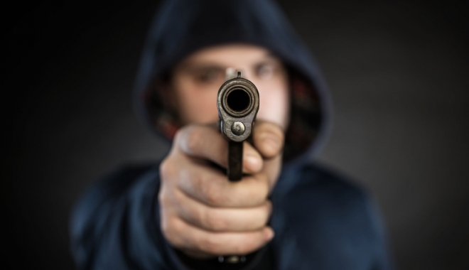 Foto: Scandal în club. Ameninţări cu pistolul pentru a găsi un Mercedes furat