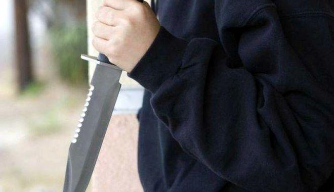 Foto: Bărbaţi reţinuţi după un scandal cu drujbă şi cuţite, în Eforie Nord