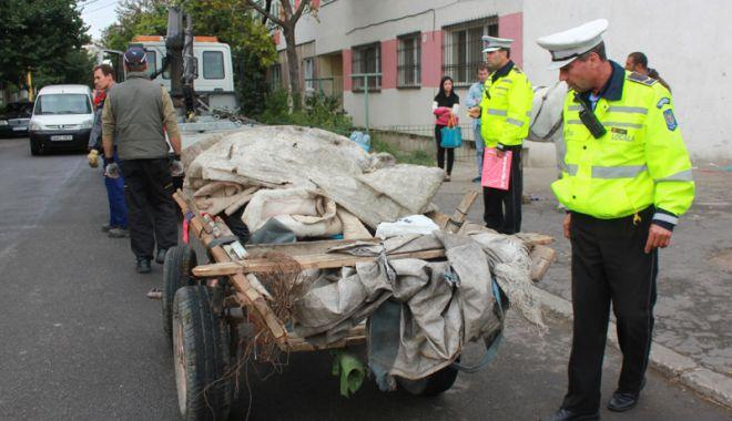 Foto: Scandal între un căruţaş şi poliţiştii locali. Bărbatul a fost încătuşat