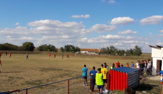 Foto: GROAZĂ la un meci de fotbal, la Constanţa. Un suporter a intrat cu iataganul pe teren, copiii plângeau. Unde era poliţia?