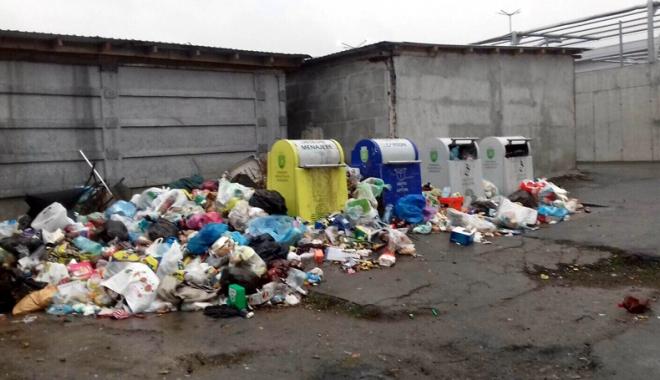 Foto: Scandal la Mangalia! Locatarii cu datorii la Polaris, îngropaţi în deşeuri