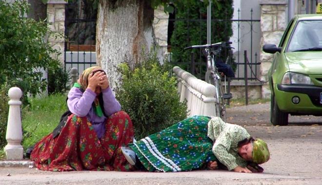 Foto: Scandal în Italia: Românce ţinute într-o cuşcă exact ca animalele