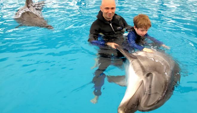 """Foto: Scandal la Delfinariul Constanţa pentru terapia copiilor cu dizabilităţi. """"Nu sunt delfinii mei de-acasă"""""""