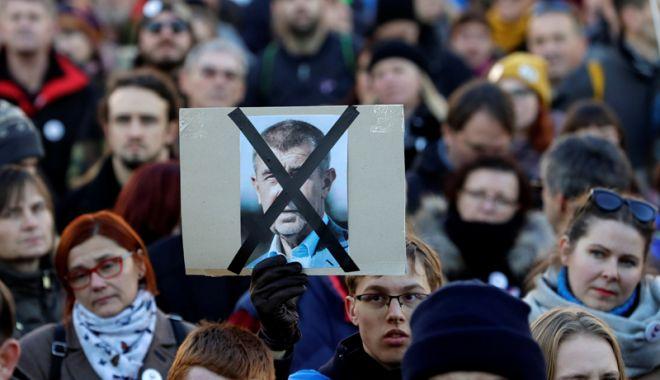 """Foto: Scandalul premierului Andrej Babis, în centrul comemorării """"Revoluţiei de catifea"""""""