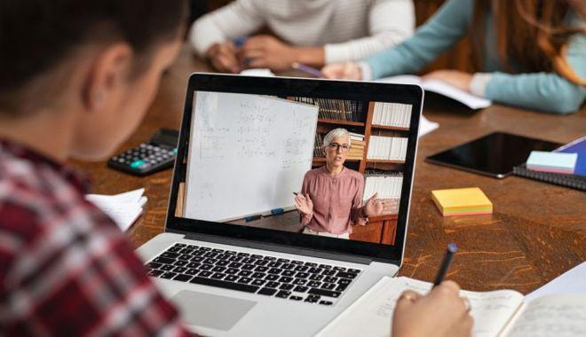 Cine poate cere libere plătite pentru a sta cu copilul acasă, dacă acesta face școală online - scoala-1600668700.jpg