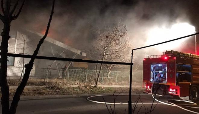 Foto: Alertă. Incendiu. A ars sala de sport a unei şcoli