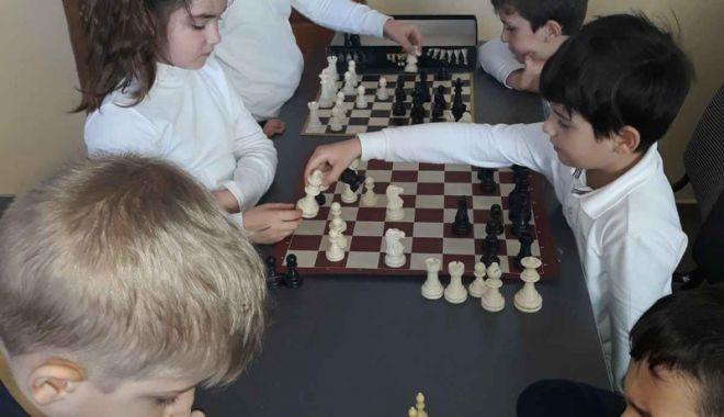 """Foto: Concurs de şah, de Ziua Unirii, la Şcoala nr. 29 """"Mihai Viteazu"""" din Constanţa"""