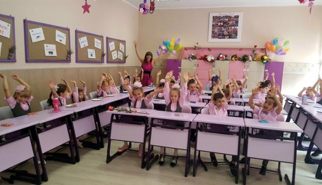 Foto: Bobocii Şcolii nr. 30, aplaudaţi la scenă deschisă de colegii mai mari