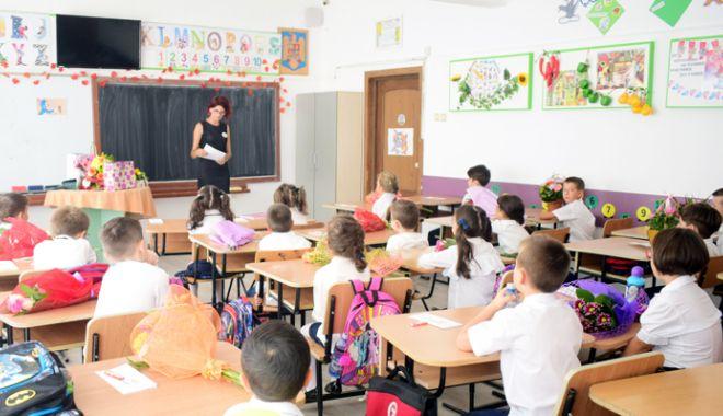 Începe şcoala. Zeci de unităţi  de învăţământ fără autorizaţie sanitară şi fără aviz ISU la incendii - scoala39eleviclasaprimazidescoal-1535724924.jpg
