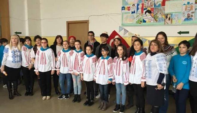 """Foto: Voluntari din alte ţări, la Şcoala Gimnazială nr. 10 """"Mihail Coiciu"""", din Constanţa"""