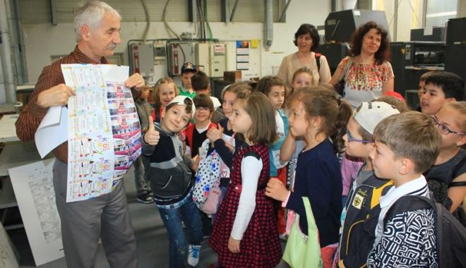 Foto: Sute de elevi constănţeni, în vizită la Tipografia