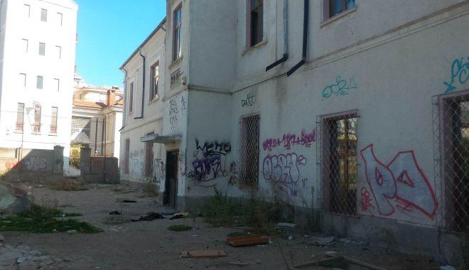 Foto: Fostă școală, viitoare groapă de gunoi a Constanței!