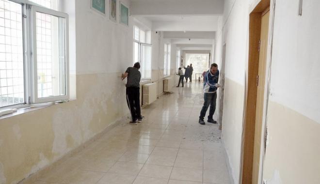 """Foto: """"Dacă vrei, poţi!"""". Şcoala Gimnazială nr. 8 Constanţa, renovată în doar câteva zile"""