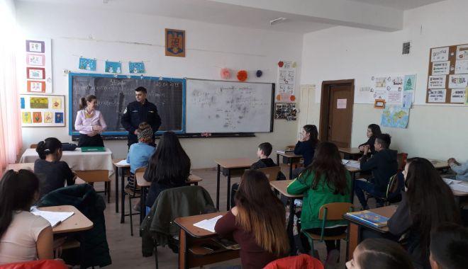 """Foto: """"Şcoala ta în siguranţă!"""". Elevii constănţeni, faţă în faţă cu jandarmii"""