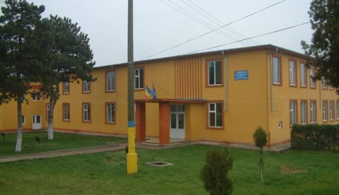 Foto: Şcoală din Valu  lui Traian, printre