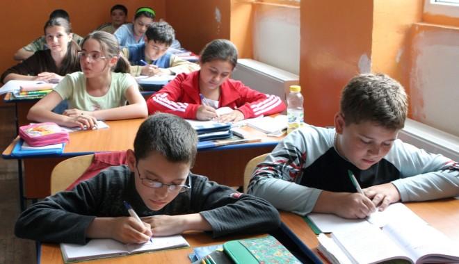 Foto: Elevii din Constanţa au păduchi şi boli parazitare