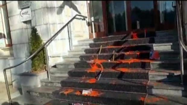 Foto: Protest cu vopsea roşie şi cuţie, la Ministerul de Justiţie, după crima comisă de un puşcăriaş eliberat în baza recursului compensatoriu