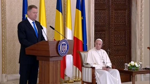 Foto: Iohannis, discurs rostit în prezenţa Papei