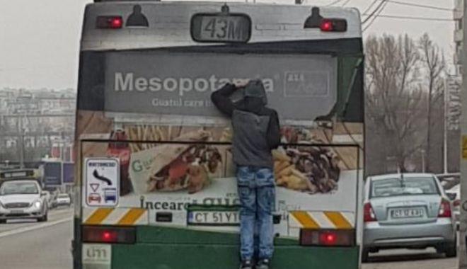 Foto: VIDEO INCREDIBIL! Soluţia găsită de un minor pentru a circula cu RATC-ul fără bilet