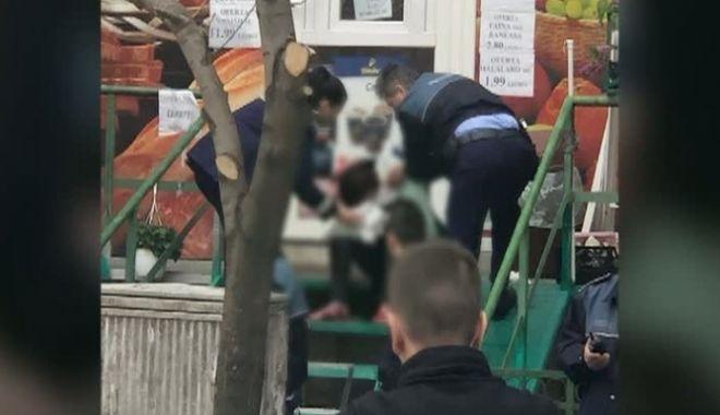 Foto: ALERTĂ! Femeie înjunghiată, în plină stradă, de soţul său. Acesta a vrut să se sinucidă