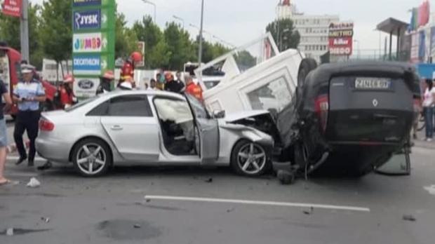Foto: Accident CUMPLIT! Două autoturisme s-au ciocnit: un pieton a murit