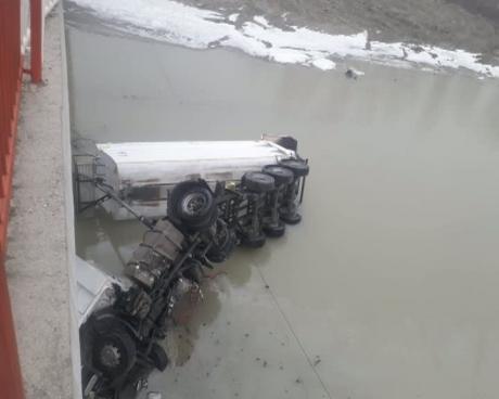 Foto: Un camion a căzut de pe un pod, de la aproximativ 10 metri