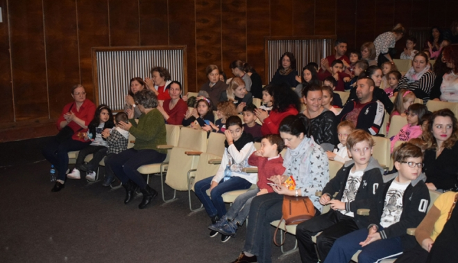 """Foto: """"Povestea… cu Scufiţa Roşie"""" a umplut sala Teatrului """"Căluţul de Mare"""""""