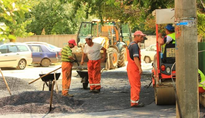 Foto: Se asfaltează străzile şi trotuarele din Constanţa. Lucrări în mai multe zone