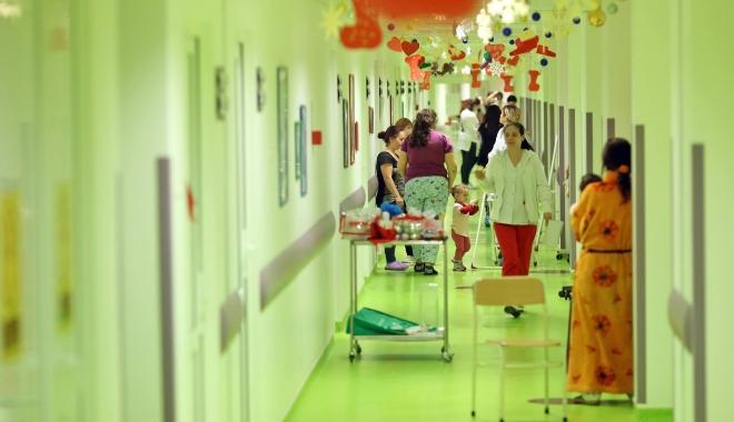 Foto: SPITALUL JUDEŢEAN CONSTANŢA, ÎN HAINE DE CRĂCIUN! Secţia de Pediatrie, împodobită pentru sărbători