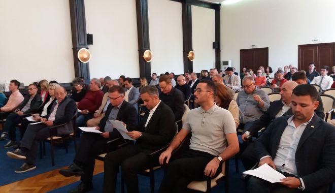 A început şedinţa CJC. Iată ce proiecte de hotărâre sunt pe ordinea de zi - sedinta-1538129880.jpg
