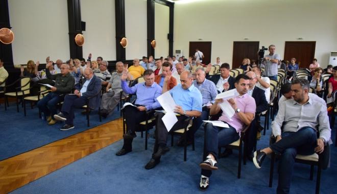 Foto: Consilierii judeţenii au împărţit bani primarilor pentru investiţii locale