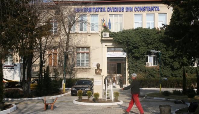 """Foto: Sediul vechi al Universităţii """"Ovidius"""" intră în consolidări"""