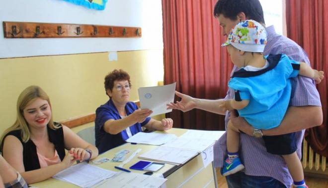 Foto: Se fac plăţile pentru cei care au lucrat în secţiile de votare