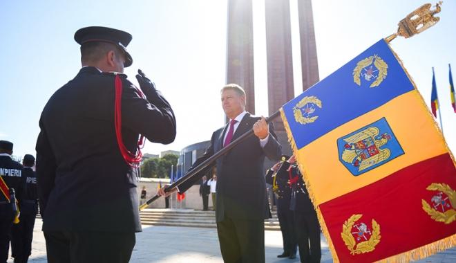 Foto: Şeful ISU Dobrogea  a primit Drapelul de Luptă din partea preşedintelui României