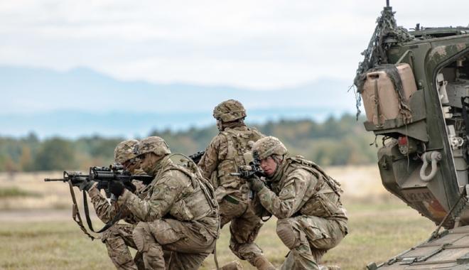 Foto: Şeful Pentagonului, şocat de capacitatea de luptă scăzută a armatei SUA