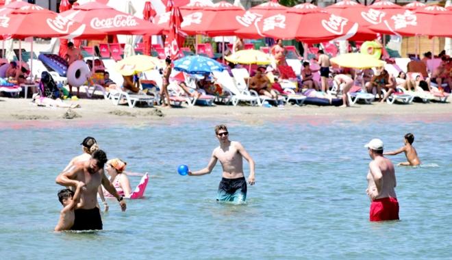 Foto: Sejururi de 3,8 milioane de euro, cumpărate cu vouchere de vacanţă