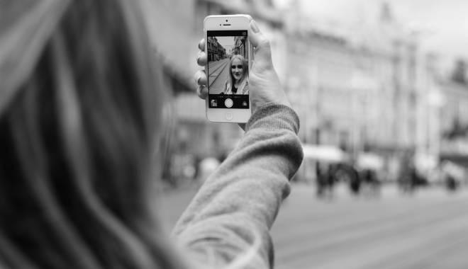 Foto: Câteva trucuri pentru cele mai bune selfie-uri