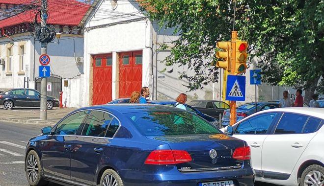Foto: Semafoarele de pe strada Mircea cel Bătrân colţ cu strada Decebal, din nou funcţionale