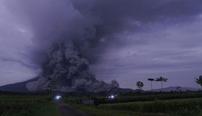 Vulcanul indonezian Semeru a început să erupă. Coloane de fum de până la 5.600 de metri - semeru-1610804289.jpg