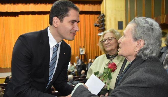 Foto: Premii, flori şi un spectacol special pentru seniorii Constanţei