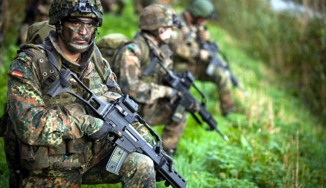 Foto: Ministrul german al Apărării se opune serviciului militar obligatoriu