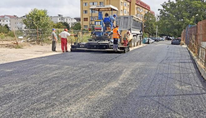 """Foto: Se toarnă asfalt în zona Centrului Şcolar """"Albatros"""""""