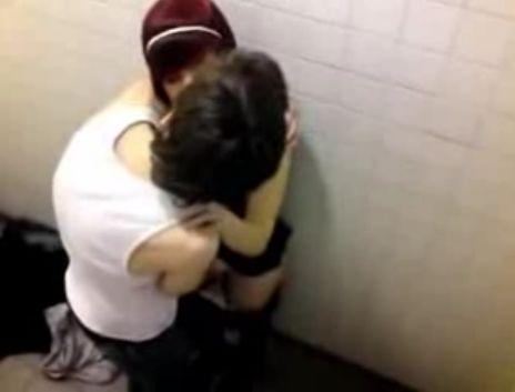 Foto: SITUAŢIE REVOLTĂTOARE! Doi elevi AU ÎNTREŢINUT RELAŢII INTIME în sala de curs. Copiii au ajuns acum la poliție