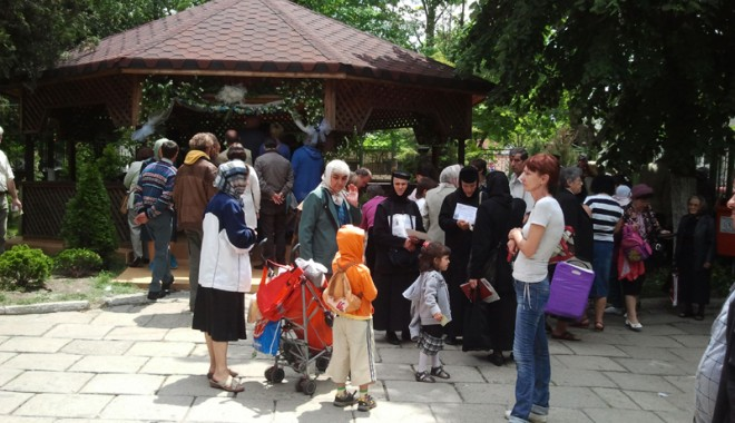 Mii de credincioși din Constanța au căutat mântuirea la moaștele Sfintei Elena - sfelena-1337616006.jpg