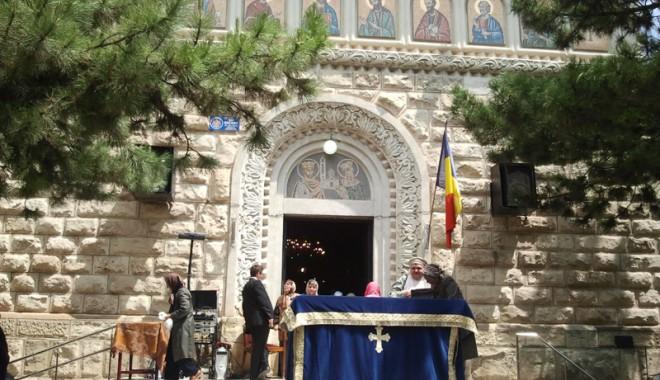 Mii de credincioși din Constanța au căutat mântuirea la moaștele Sfintei Elena - sfelena2-1337616000.jpg
