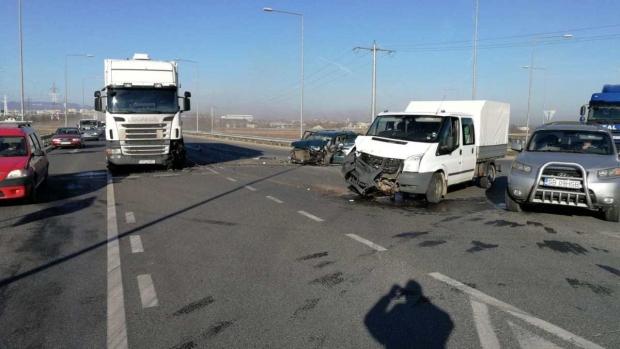 Foto: Accident la ieşirea de pe autostradă. Cinci persoane sunt rănite
