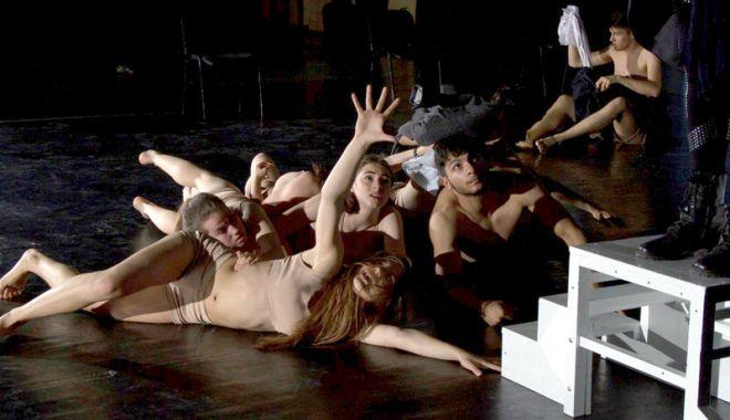 """Foto: """"Simfonia dezUmanizării"""". Spectacol despre violenţa fără sens"""