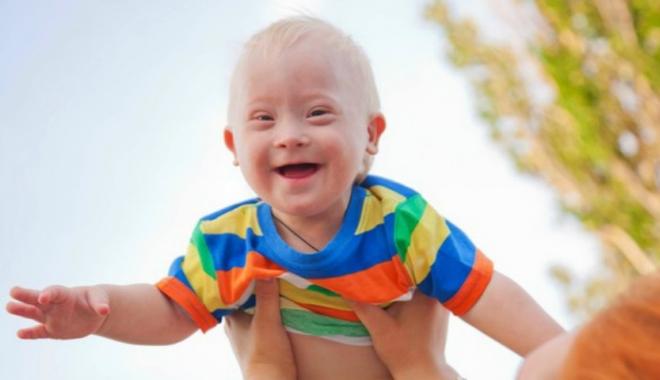 """Foto: Refuzat la export! Povestea micuţului cu sindrom Down, născut de o mamă surogat şi abandonat de părinții care l-au """"comandat"""""""