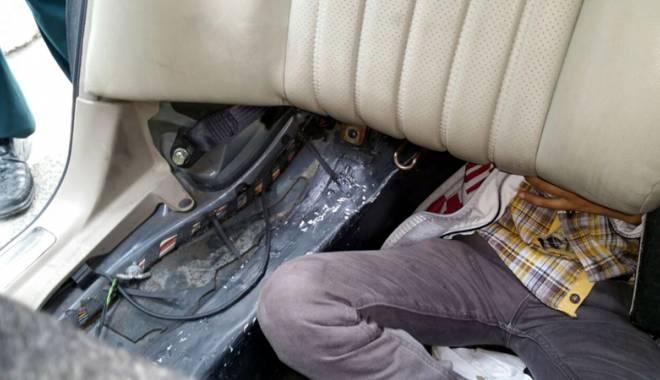 Foto: Au încercat să treacă graniţa ascunşi într-o maşină