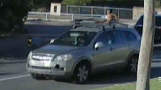 Foto: VIDEO. Situație incredibilă în trafic! O mamă s-a plimbat cu copilul pe plafonul mașinii
